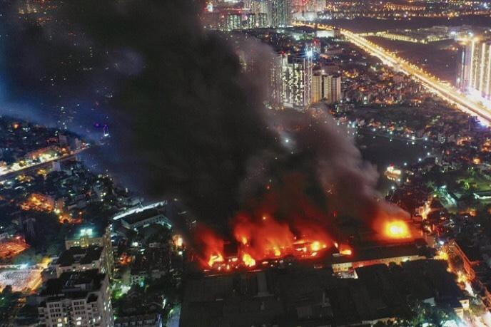 Giải quyết hậu quả cháy nhà máy Rạng Đông: Ai chịu chi phí tẩy độc?